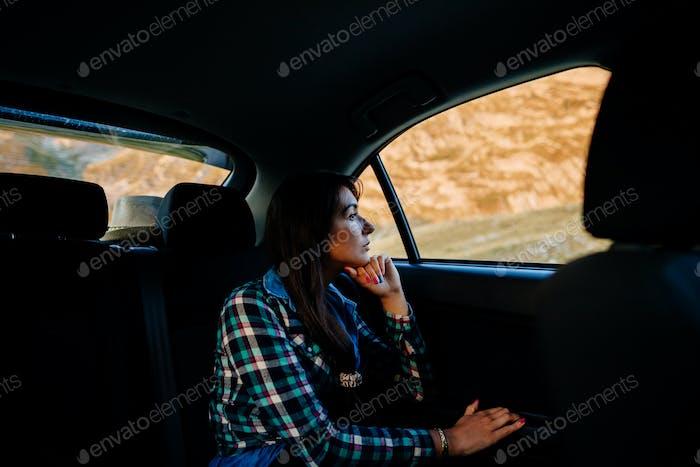 Frau reisen und träumen mit dem Auto in den Bergen