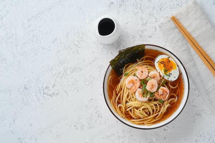Asiatische Suppe mit Nudeln, Ramen mit Garnelen, Kopierraum. White Stone Tisch, Draufsicht