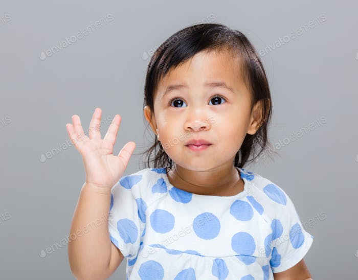 Baby Mädchen Hand hoch