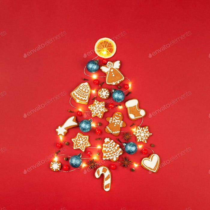 Form des Weihnachtsbaumes aus Lebkuchen und Dekorationen.