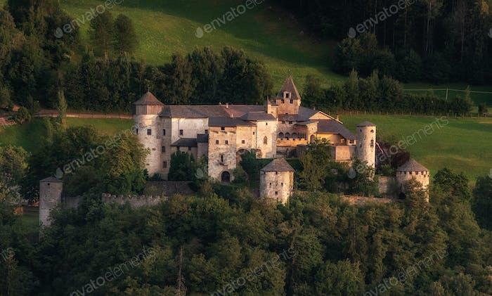 Schloss in den italienischen Dolomiten