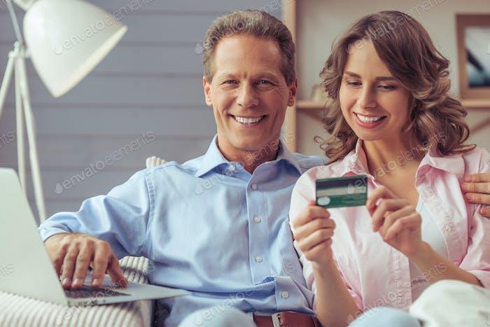 Пара делает покупки онлайн