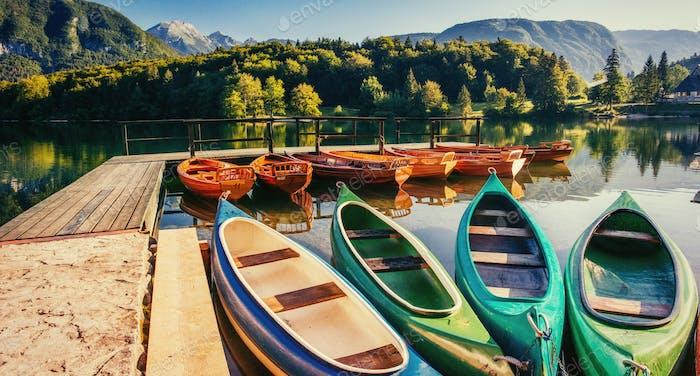 Boot auf dem Dock umgeben Berge. Fantastische Shtrbske Pleso