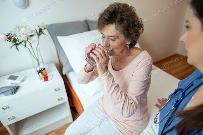 Seniorin Patientin Trinkwasser.