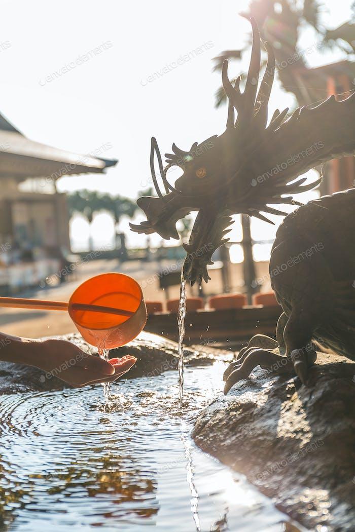 Händewaschen in Japan Tempelkellen
