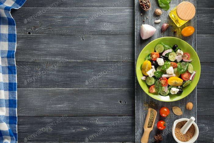 frischer griechischer Salat in Teller und Zutaten