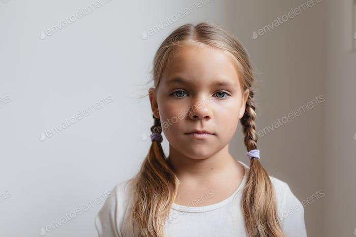 Porträt von niedlichen kaukasischen Mädchen Blick auf die Kamera in einem komfortablen Haus