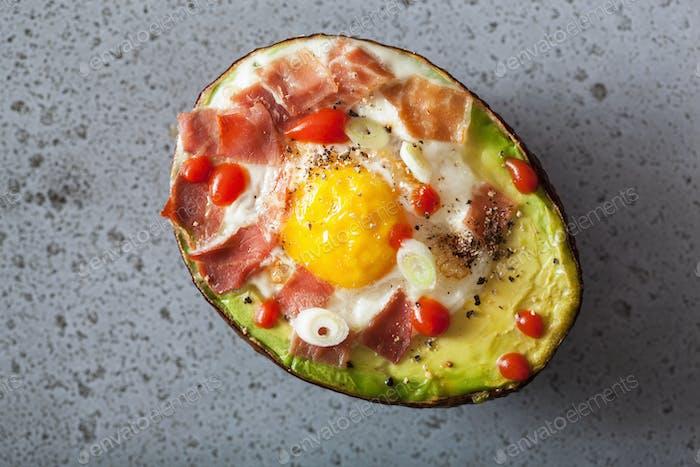 Ei in Avocado mit Speck und Frühlingszwiebel gebacken