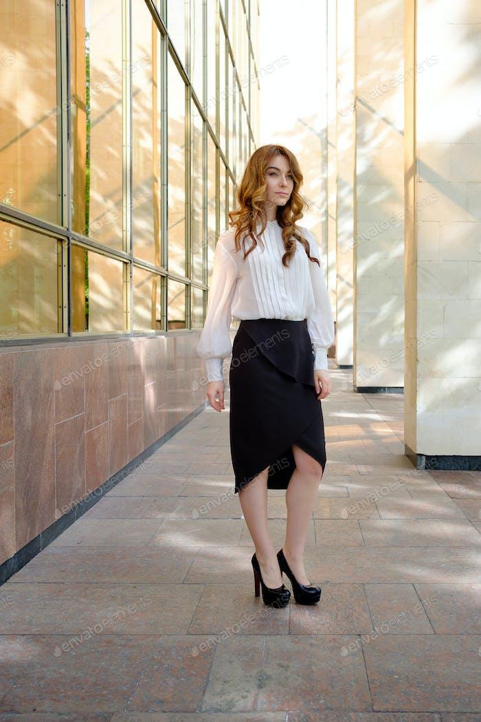 Элегантная леди ходить в одиночку на улице