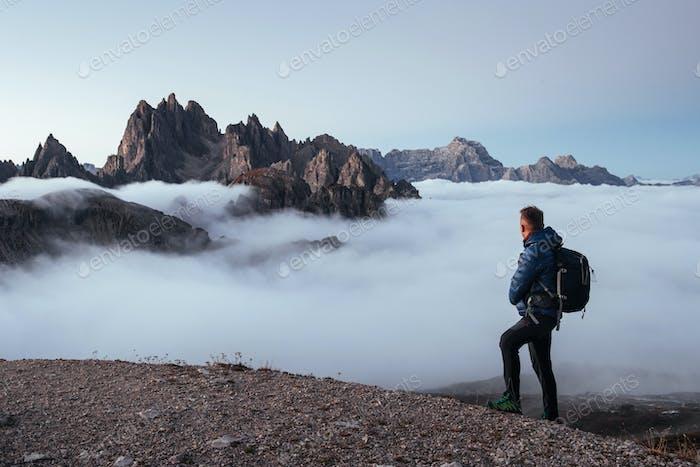 Müder Reisender, der gerade den Berg erobert und eine Pause eingelegt wird