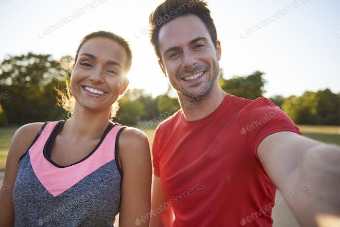 Selfie des jungen Paares nach dem Training an der frischen Luft