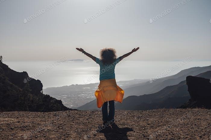 Mujer adulta feliz y alegre disfruta de la naturaleza en la montaña