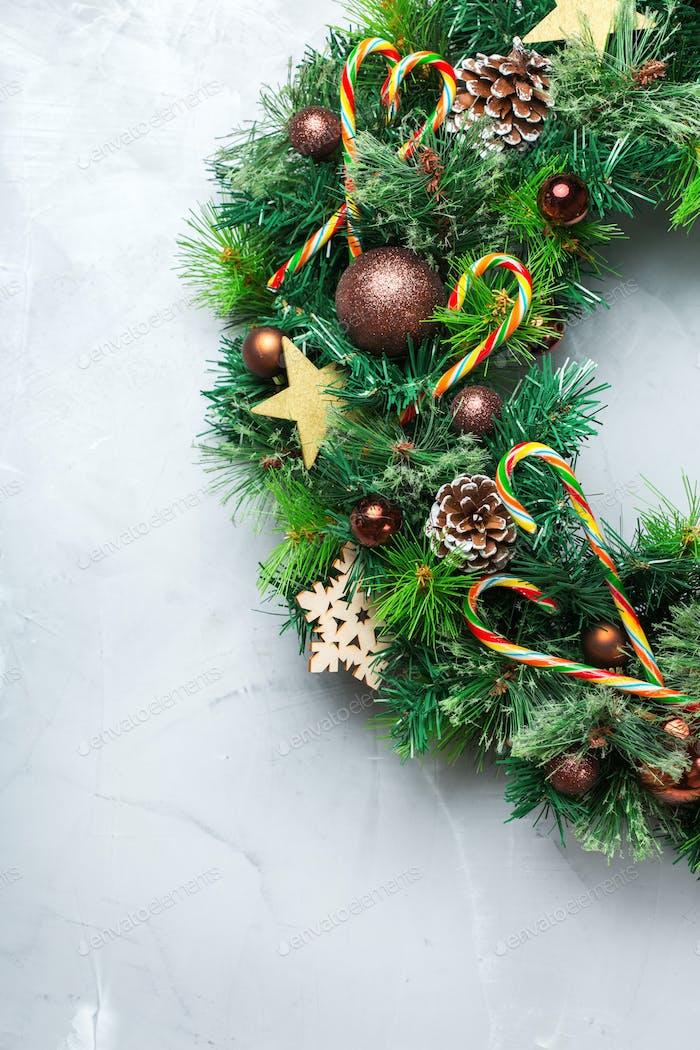 Advents-Weihnachtstürkranz mit festlicher Dekoration