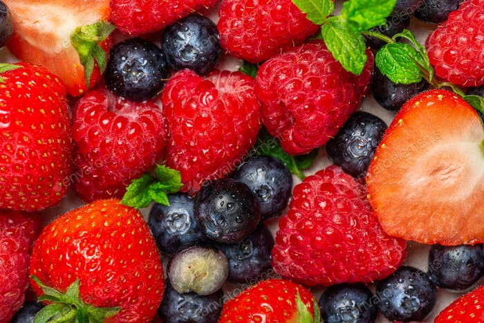 Frische Sommerbeeren wie Heidelbeeren, Erdbeeren, Himbeeren