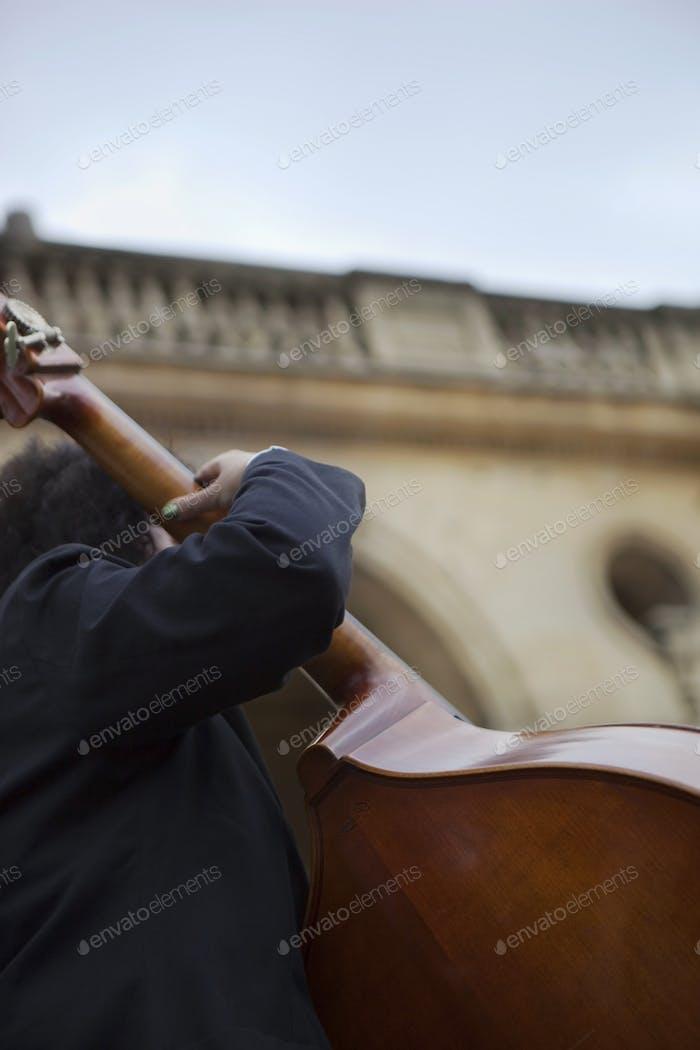 Cellist in einer Band