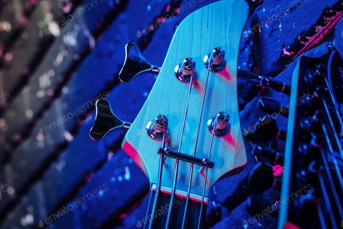Gitarrenkopfplatte mit Tunern auf dunklem Hintergrund