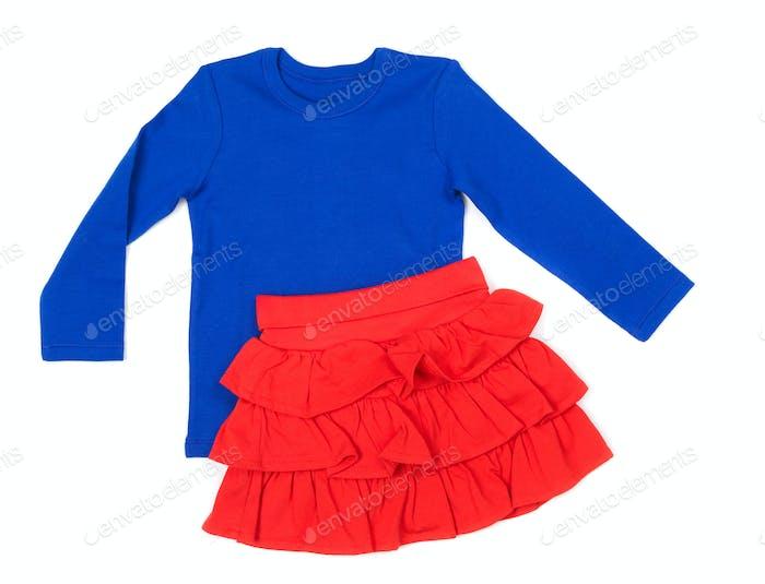 Blaue Bluse und roter Rock