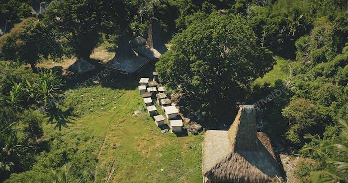 Traditionelles Dorf mit kunstvoll geschnitzten Dächern Häuser Luftbild. Einzigartiges Architekturdenkmal