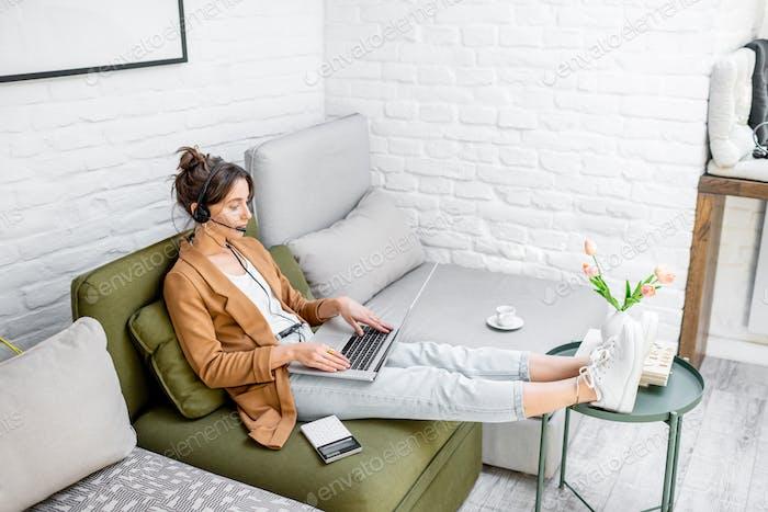 Frau, die online von zu Hause aus arbeitet