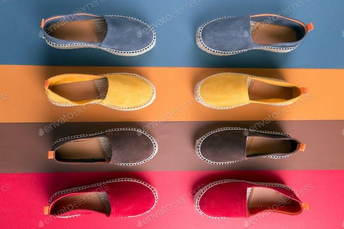 Flache Lay von Loafers Schuhen auf mehrfarbigen Hintergrund.