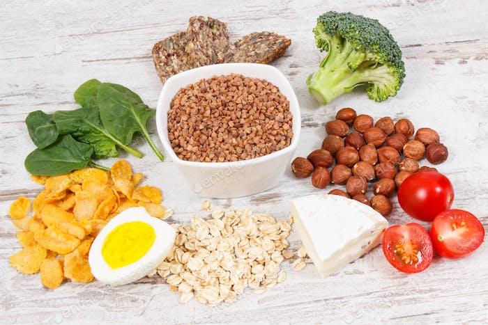 Produkte und Inhaltsstoffe, die Vitamin B2 und Ballaststoffe enthalten, gesunde Ernährung Konzept