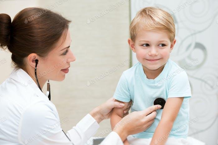 Glücklicher Junge beim Arzt
