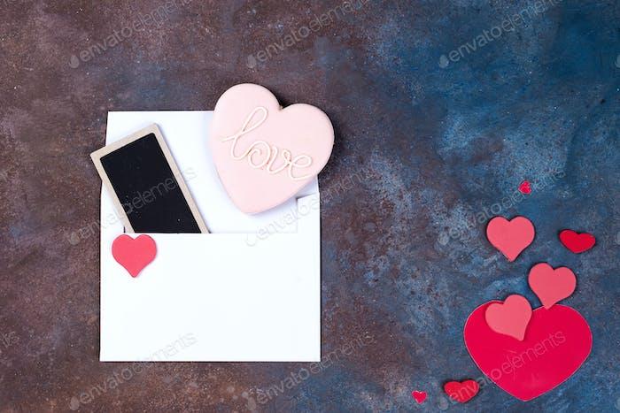 Weißer Umschlag mit Herzen auf Stein Hintergrund. Valentinstag Hintergrund. Liebeskonzept