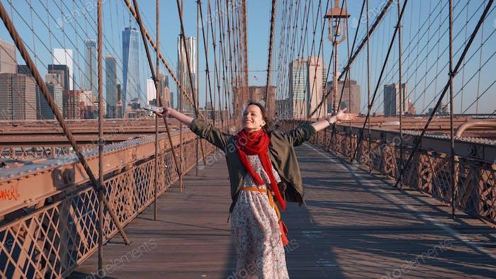 Feliz chica joven en Nueva York