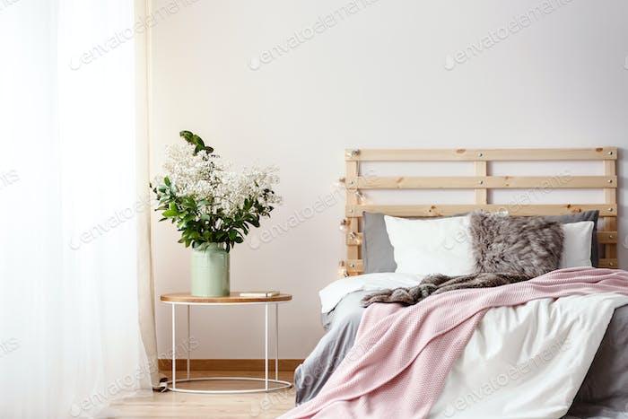 Holz-Bettkopf mit Lichtern durch das Doppelbett mit Pelzkissen, Gr