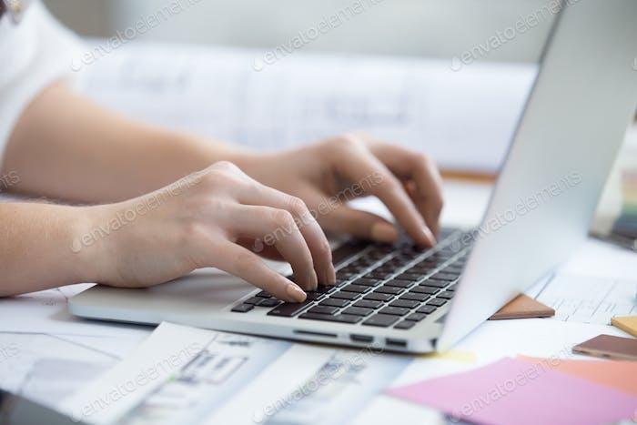 Tippen auf Laptop, Nahaufnahme