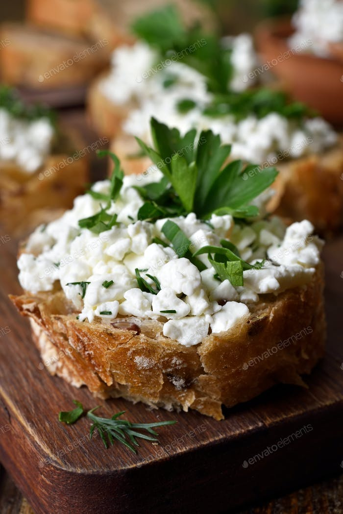 Bread with curd cheese and green herbs