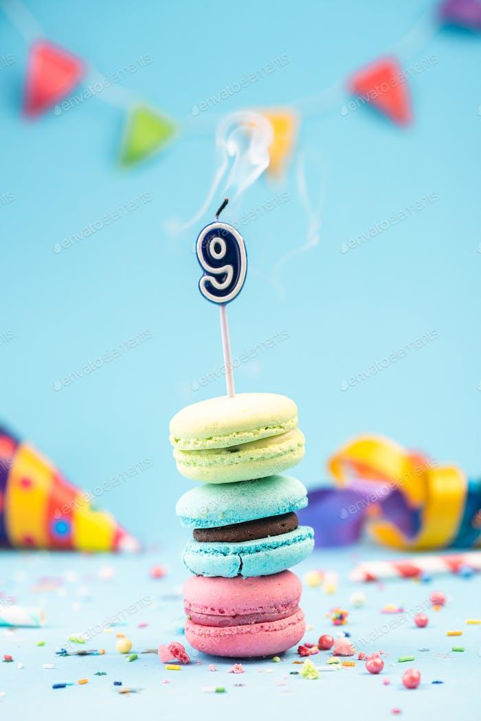 Geburtstagskarte zum 9. Geburtstag mit Kerze in buntem Macar