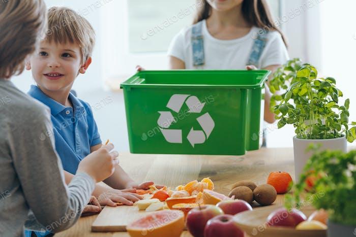 Kinder werfen Früchte Reste