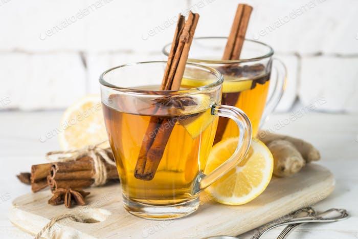 Herbst heißer Tee mit Zitrone und Gewürzen