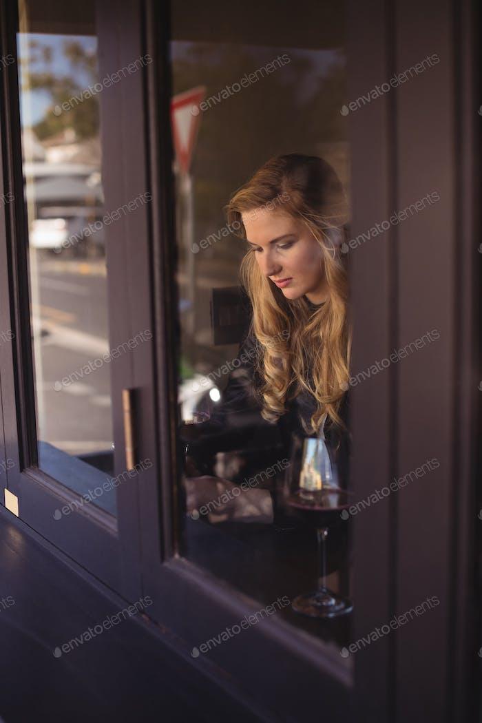 Frau sitzt im Restaurant