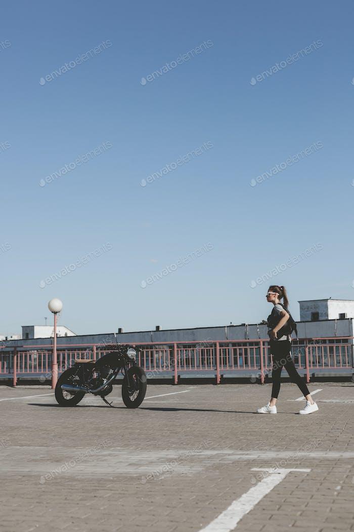 Mujer con Moto
