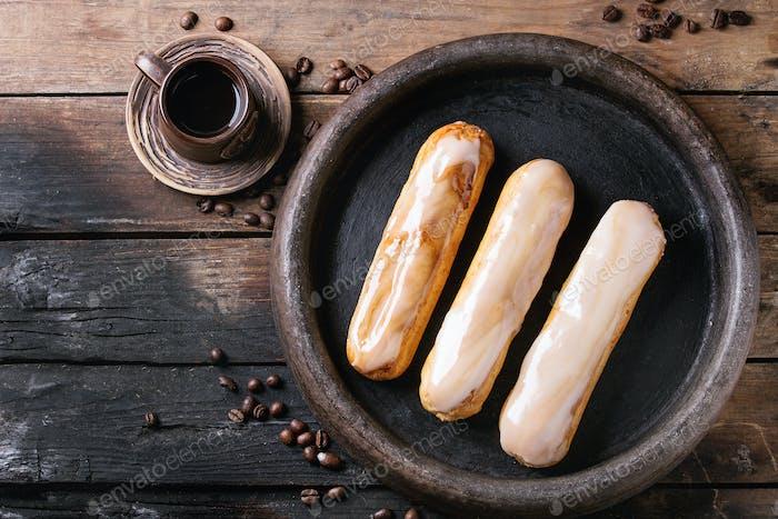 Kaffee Eclairs über Holz