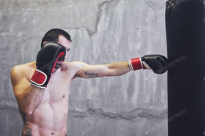 Boxer Mann tun Übung mit Boxsack