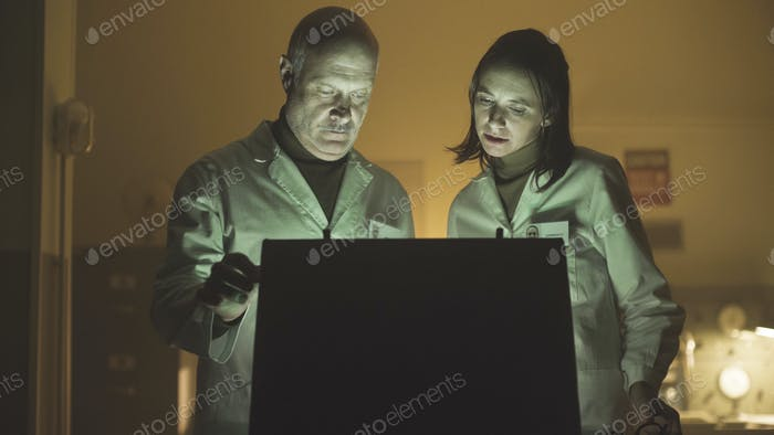 Wissenschaftler öffnen eine Aktentasche im Labor