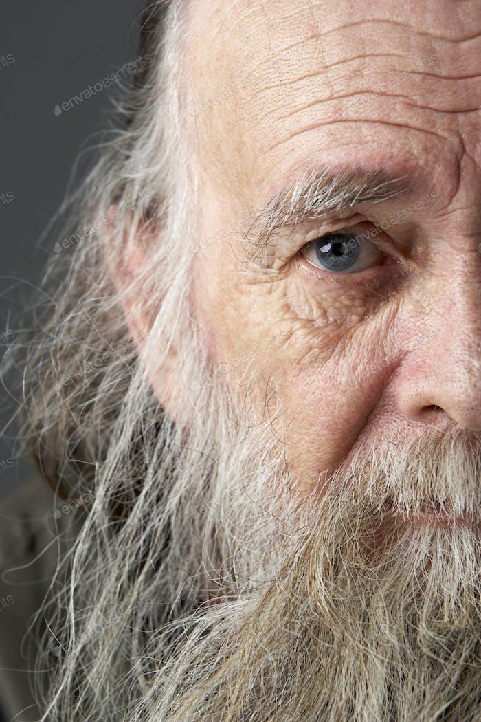 Senior Mann mit langen Bart