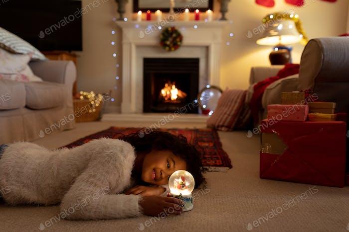 Mädchen zu Hause zu Weihnachten Zeit