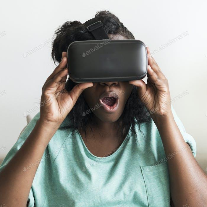 Afrikanische Frau mit einem VR