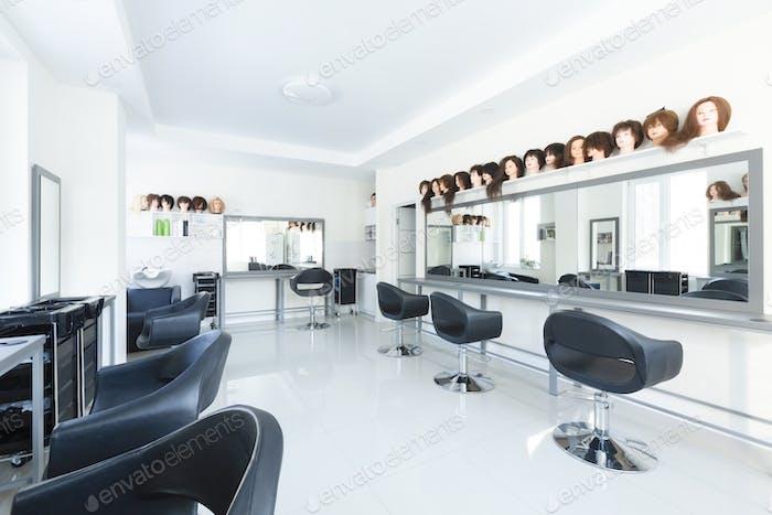 Разнообразие причесок на манекенах в парикмахерской