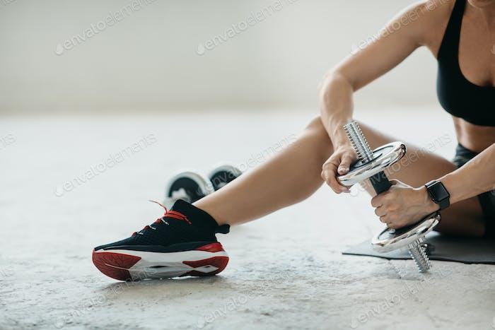 Fitnessstudio im Wohnzimmer und gesundes Lifestyle-Konzept
