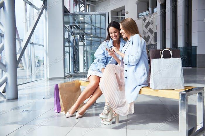 Junge Frauen in Einkaufszentrum Halle