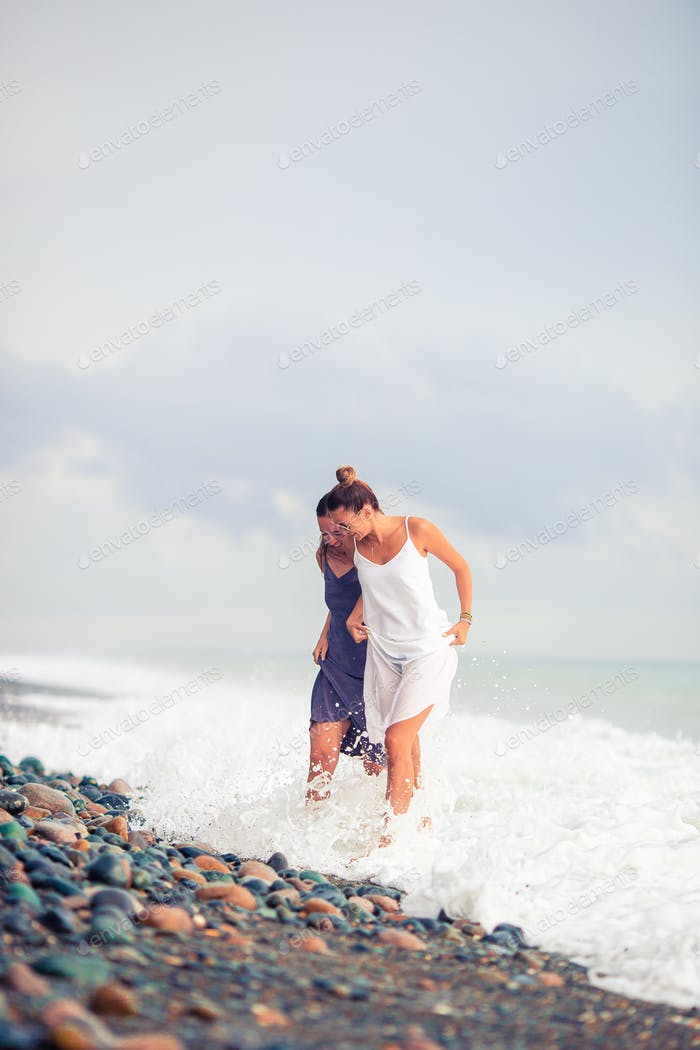 Junge Frauen in Weiß am Strand