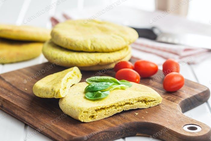 Pan de pita indio con ensalada verde y tomate.