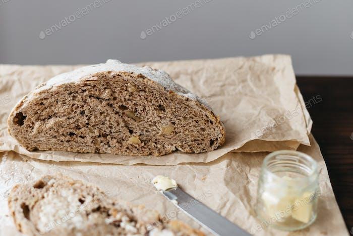 Brotlaib auf braunem Papier