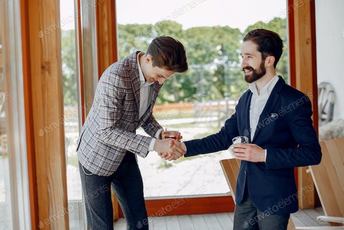 Два бизнесмена работают в офисе