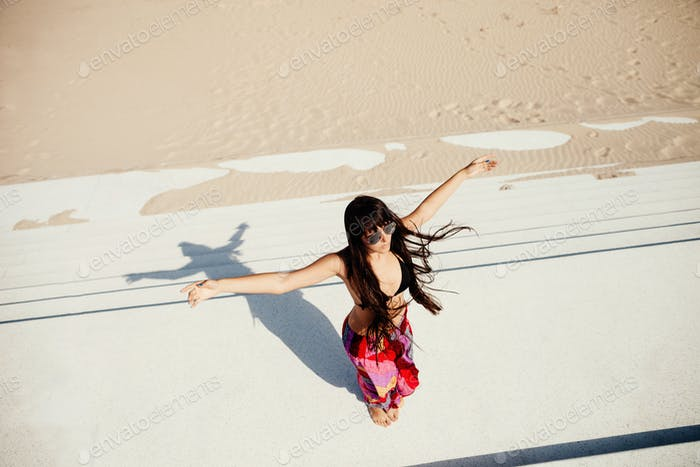 mujer de pelo largo relajarse en la playa